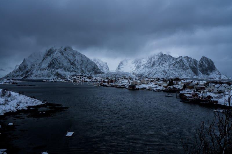 Reine, Norwegia - piękna wioska w górach Lofoten wyspy obraz royalty free