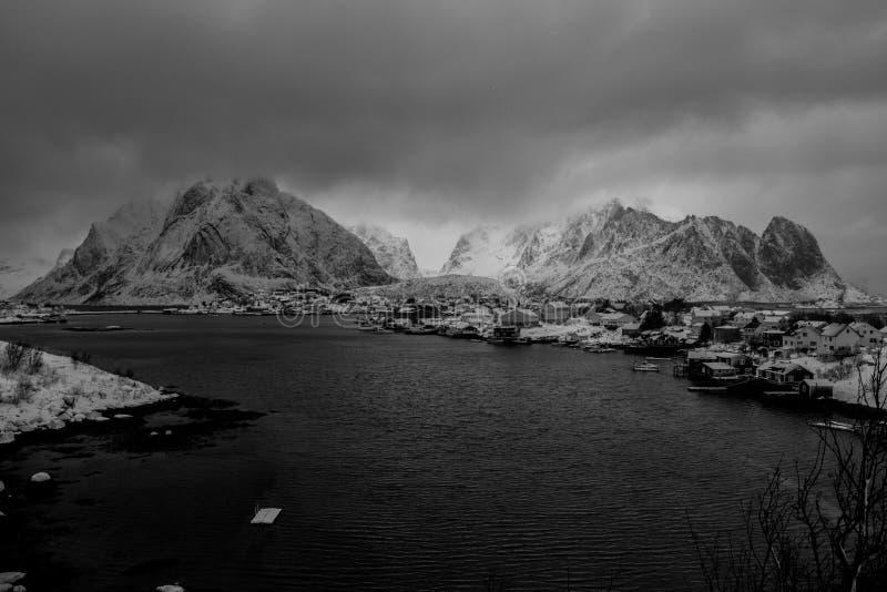 Reine, Norwegia - piękna wioska w górach Lofoten wyspy zdjęcia royalty free