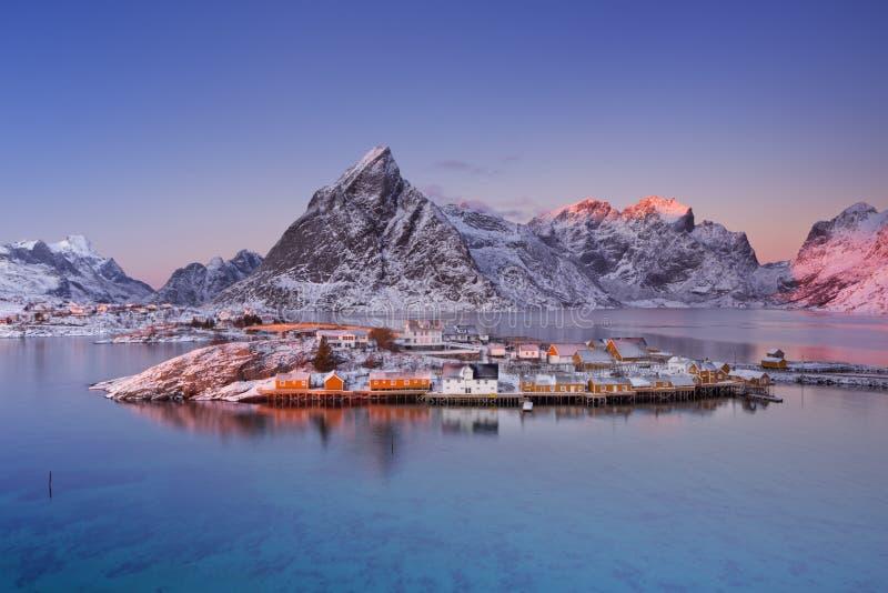 Reine op de Lofoten-eilanden in noordelijk Noorwegen in de winter stock fotografie