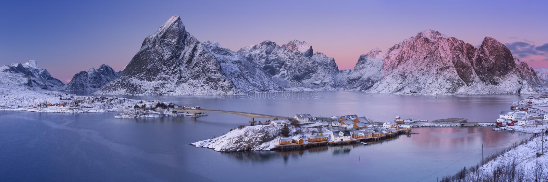Reine på de Lofoten öarna i nordliga Norge i vinter arkivbilder