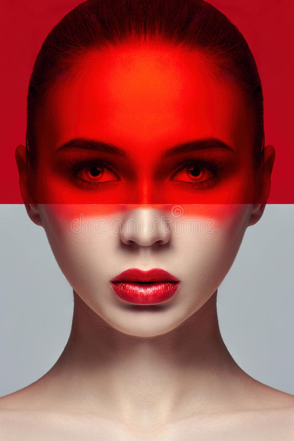 Reine perfekte Haut und natürliches Make-up, Hautpflege, Naturkosmetik Lange Wimpern und große Augen, roter Film auf Gesicht Schö lizenzfreies stockbild
