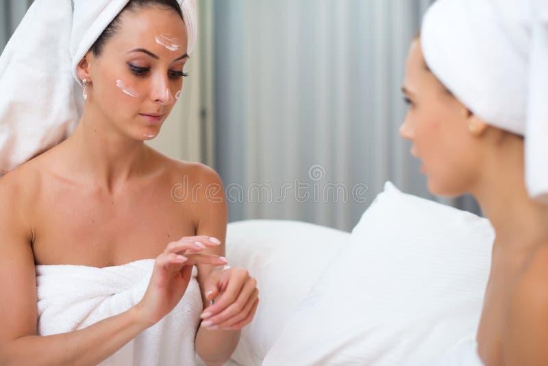 Reine saubere Hautpflegefrauen der Hauptbadekurortschönheit, die selbst gemachte im Gesichtmaske anwenden lizenzfreie stockfotos