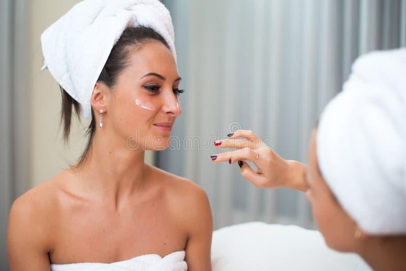 Reine saubere Hautpflegefrauen der Hauptbadekurortschönheit, die selbst gemachte im Gesichtmaske anwenden stockfotos