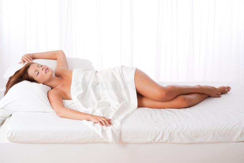 Reine Spekulation der Frau liegend im Bett stockfotos