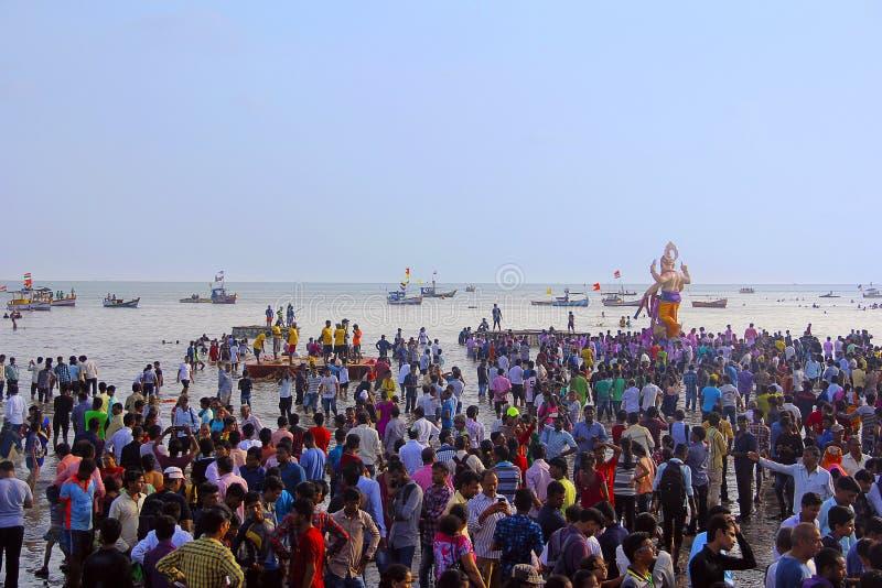 Reine Spekulation, die Meer, Boote, Menge und enormes Ganapati-Idol, Girgaon Chowpatty zeigt lizenzfreie stockfotografie