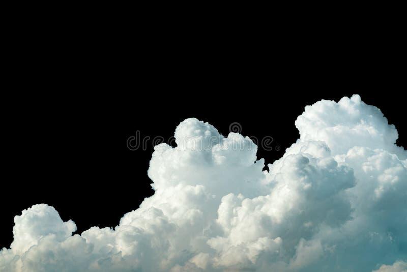 Reine weiße Cumulus-Wolken auf schwarzem Hintergrund Cloudscape-Hintergrund Weiße flauschige Wolken auf dunklem Hintergrund Weich stockfotos
