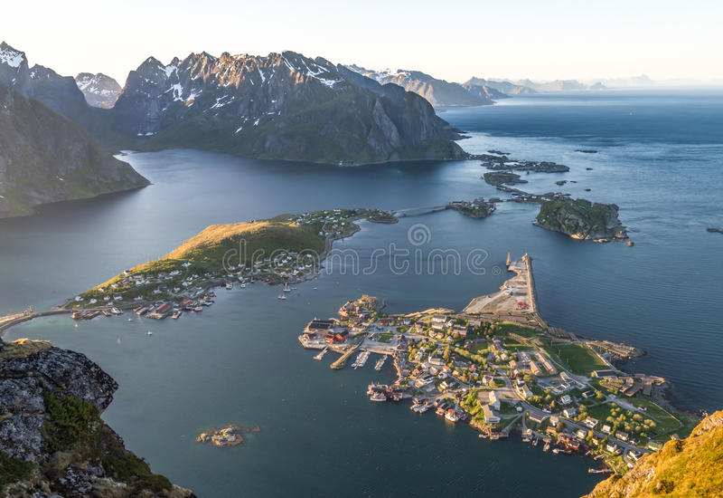 Reinebrinen, Норвегия - 1-ое июня 2016: Взгляд островов Latofen от горы Reinebringen стоковые изображения