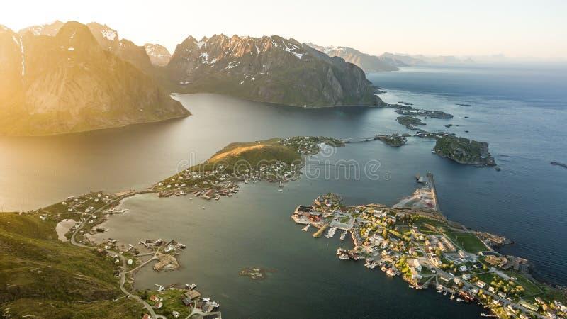 Reinebrinen, Норвегия - 1-ое июня 2016: Красивый норвежский ландшафт с известным верхним пиковым Reinbringen, островами Lofoten и стоковое фото