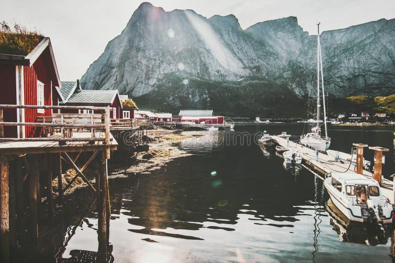 Reinedorp in traditionele rorbu rode huizen van Noorwegen stock foto's