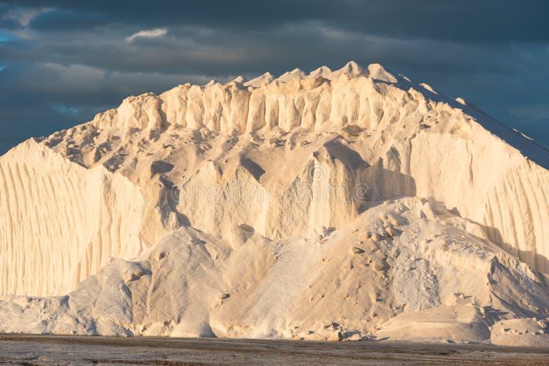 Reiner Salzhügel in der Glättungssonne lizenzfreie stockbilder
