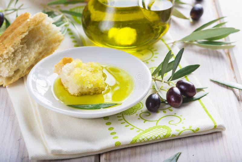 Reines Extraolivenöl mit Brot lizenzfreies stockfoto
