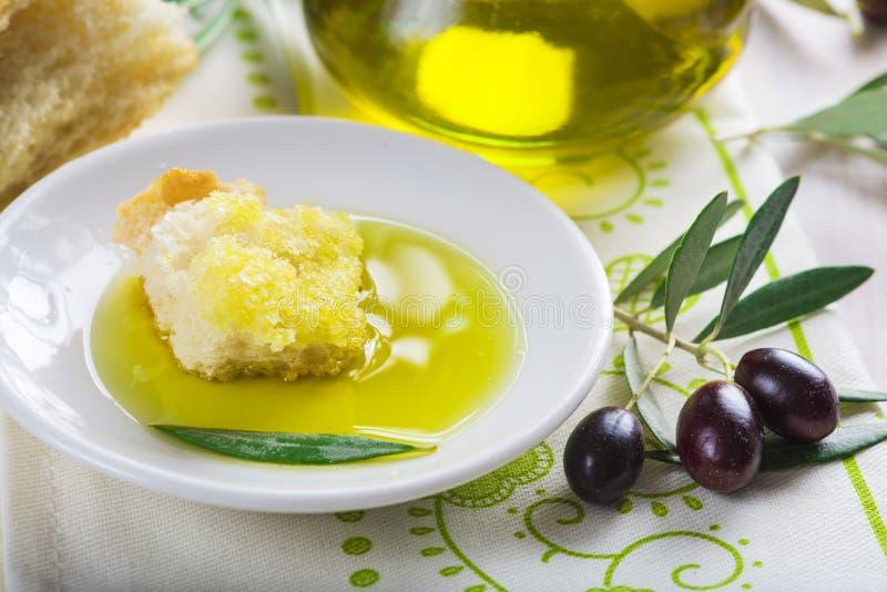 Reines Extraolivenöl mit Brot lizenzfreie stockfotos