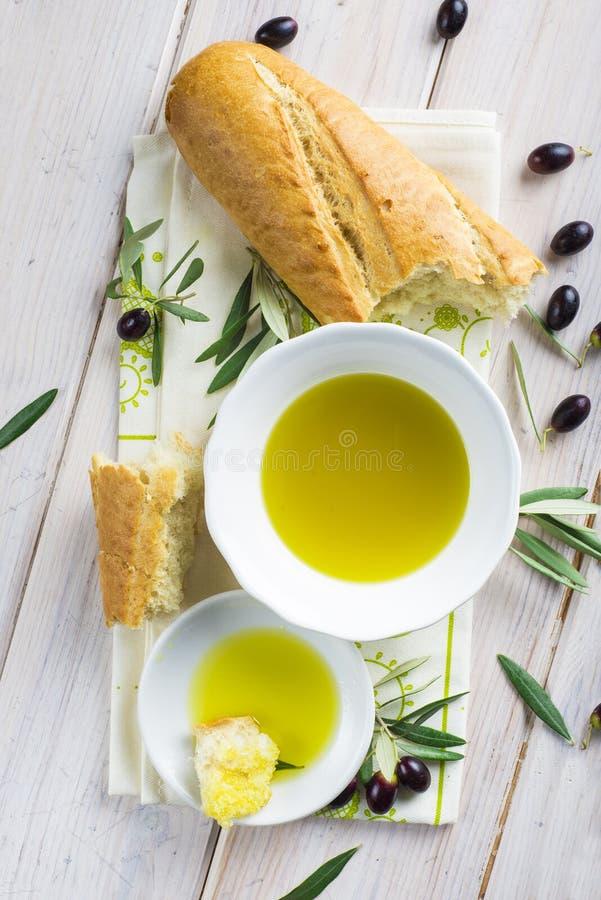 Reines Extraolivenöl mit Brot stockbild