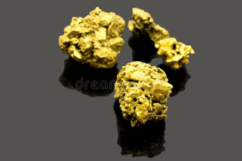 Reines Golderz fand im Bergwerk auf schwarzem Hintergrund stockfotos