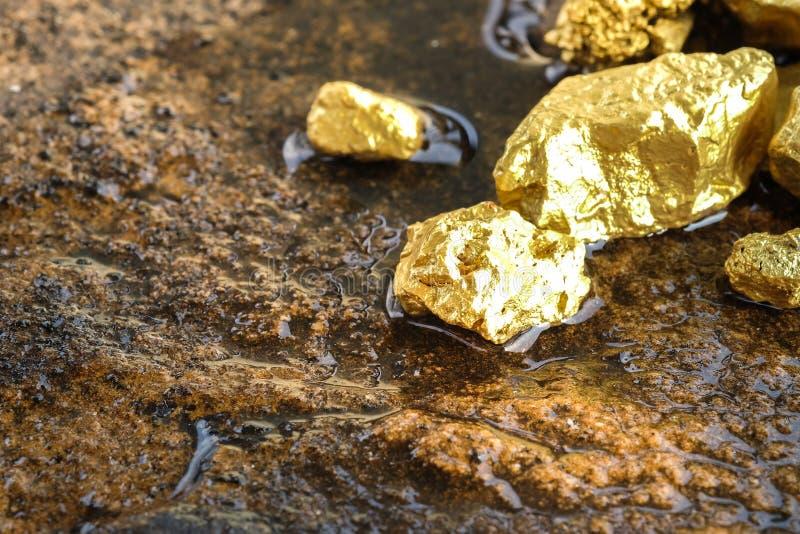 Reines Golderz gefunden im Bergwerk stockfotos