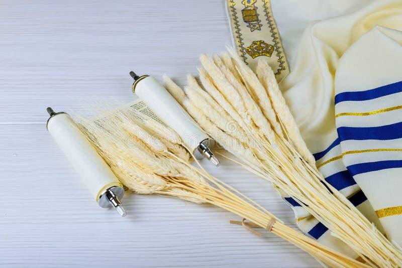 Reines K?seh?uschen und -milch auf Weizenholzhintergrund J?discher Feiertag Shavuot stockfotos