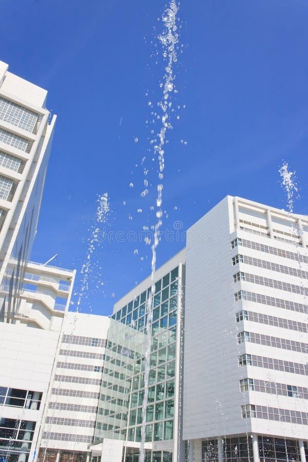 Reines weißes Gebäude und Wasser stockfotografie