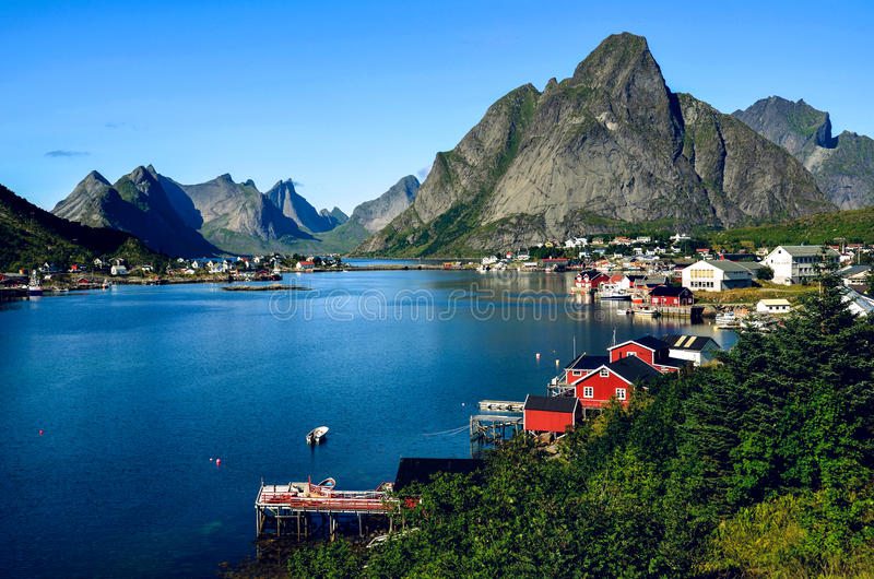 Reinestad in Lofoten, Noorwegen, in de zomer royalty-vrije stock afbeeldingen