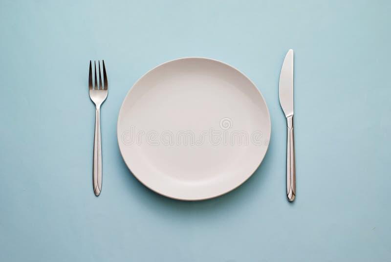 Reinig lege witte plaat met mes en vork royalty-vrije stock fotografie