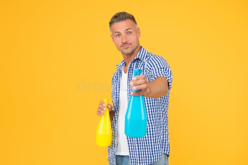 Reinigen Sie Ihr Haus! Handmancher hält Sprühflaschen bereit Desinfektionsreiniger und -sprays Saubere Gewohnheit Reinigungsservi lizenzfreie stockbilder