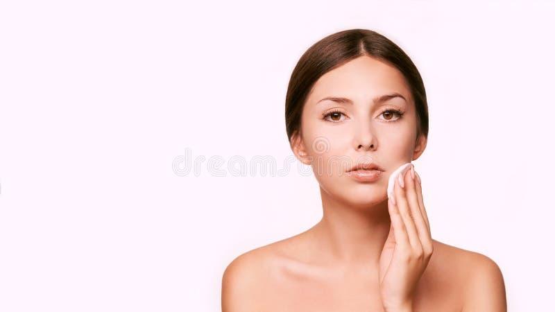 Reinigend gezichts wasing tonicum Demakeup verwijder mascara Katoenen stootkussenhand royalty-vrije stock afbeelding