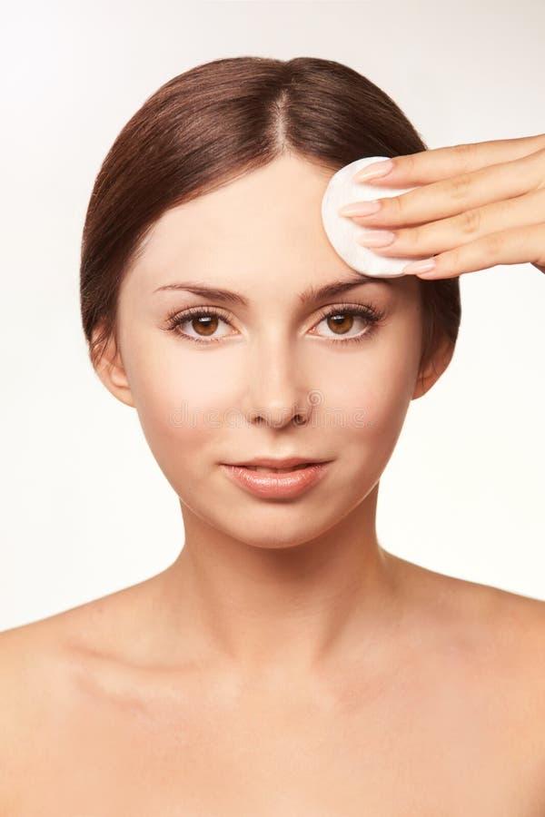 Reinigend gezichts wasing tonicum Demakeup verwijder mascara Katoenen stootkussenhand stock foto's