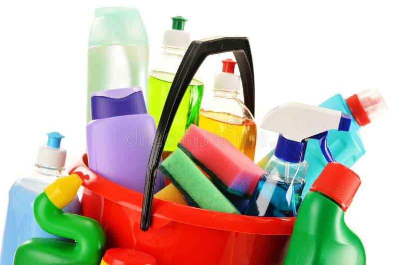 Reinigende Flaschen getrennt auf Weiß Zubehör der chemischen Reinigung stockbild