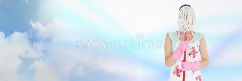 Reiniger, der hinter Mopp mit hellem Hintergrund sich versteckt lizenzfreie stockbilder