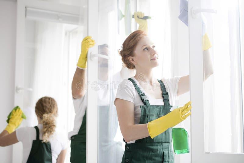 Reiniger, die Fenster waschen stockfoto