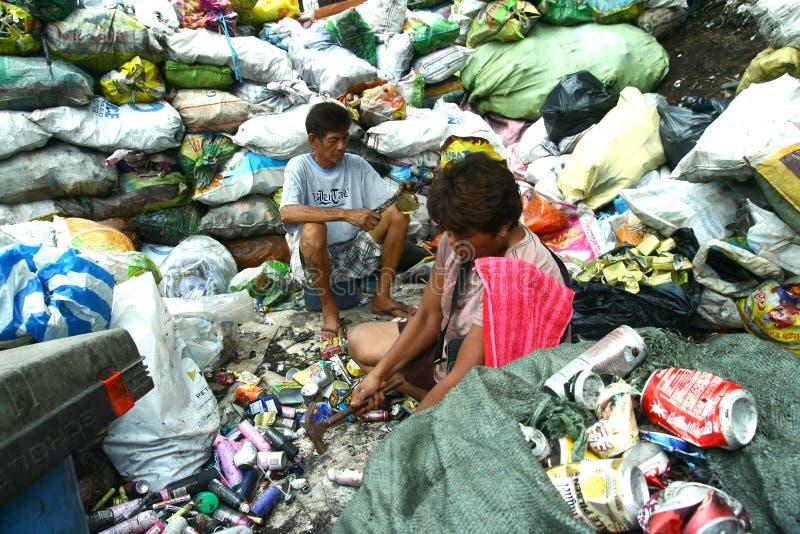 Reiniger, die getrennte recyclebare Abfallprodukte vorbereiten, an die Wiederverwertung von Anlagen verkauft zu werden lizenzfreies stockbild