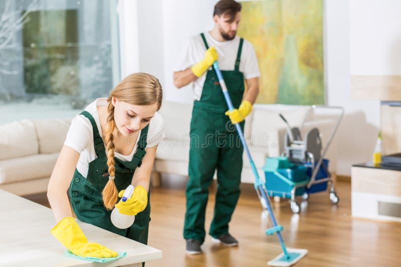 Reiniger, die in schmutzige Wohnung der Bestellung sich setzen stockbild