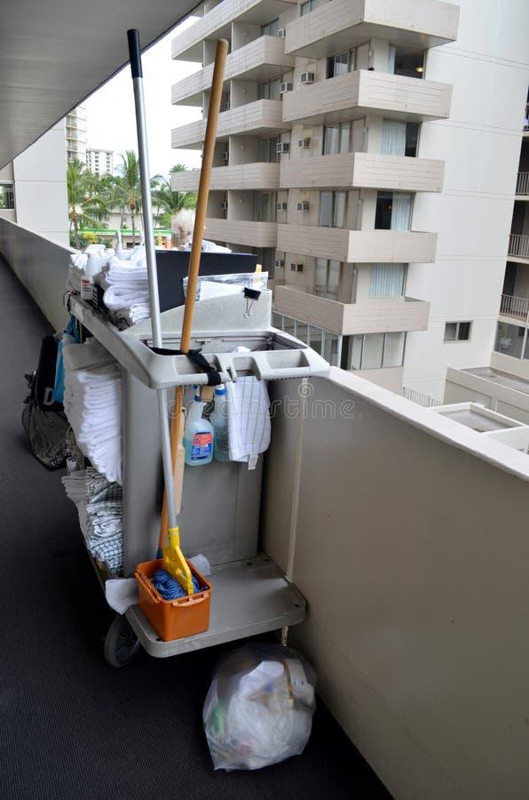 Reinigerlaufkatze mit sauberen Tüchern stockfoto