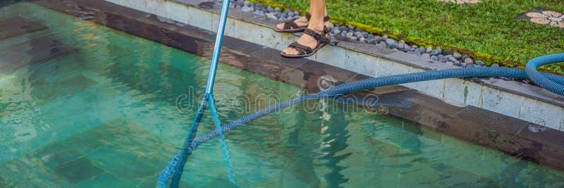 Reinigingsmachine van het zwembad Mens in een blauw overhemd met het schoonmaken van materiaal voor zwembaden De pool schoonmaken stock foto's