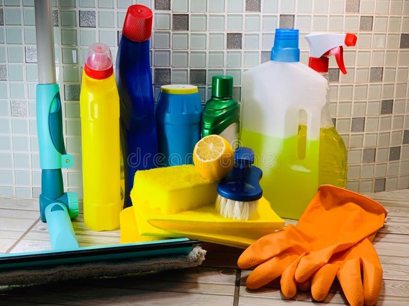 Reinigingsmiddel, mop Flessen, poeder voor desinfectie royalty-vrije stock afbeelding