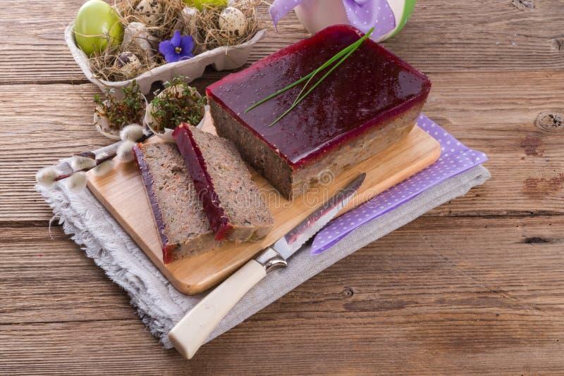 Reinigt Torte mit Pilzen und wilden Moosbeeren lizenzfreies stockfoto