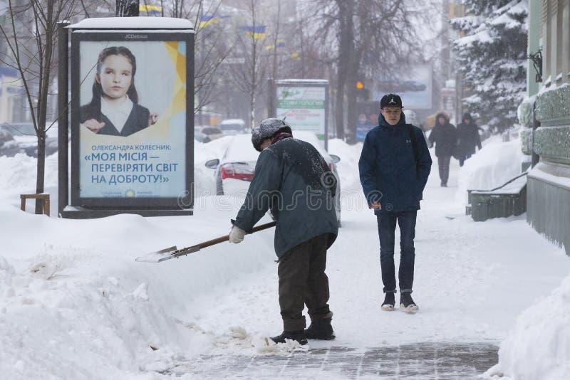 Reinigung der Straßen der Stadt durch Bewohner und der öffentlichen Einrichtungen im Zeitraum des klimatischen Unglücks der große stockbilder