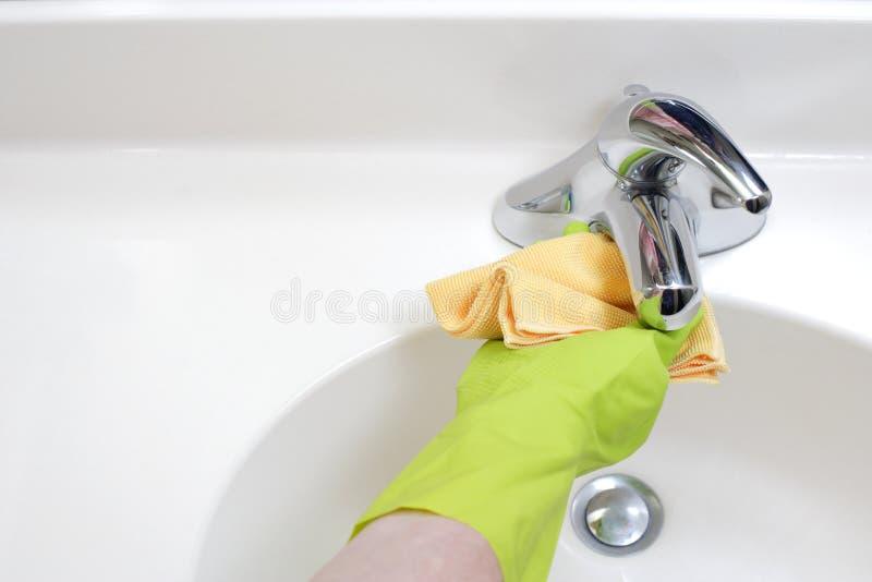 Reinigungs-Badezimmer-Wanne lizenzfreie stockfotos