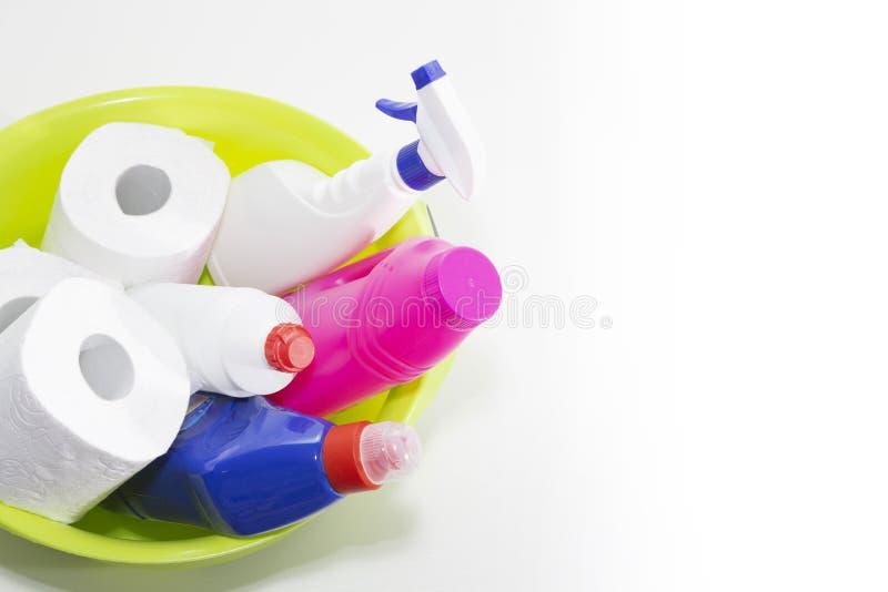 Reinigungs- und Reparaturprodukte, Haushaltschemikalien, Gummihandschuhe, grünes Becken für das Säubern der Wohnung und des Büros stockbild