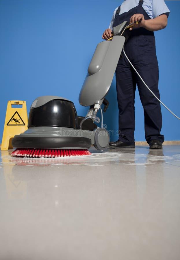 Reinigungsboden mit Maschine stockfotografie