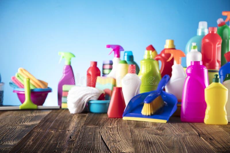 Reinigungsfrau, die das Reinigungsspray-Flaschenschießen glücklich und das Lächeln zeigt stockfotografie