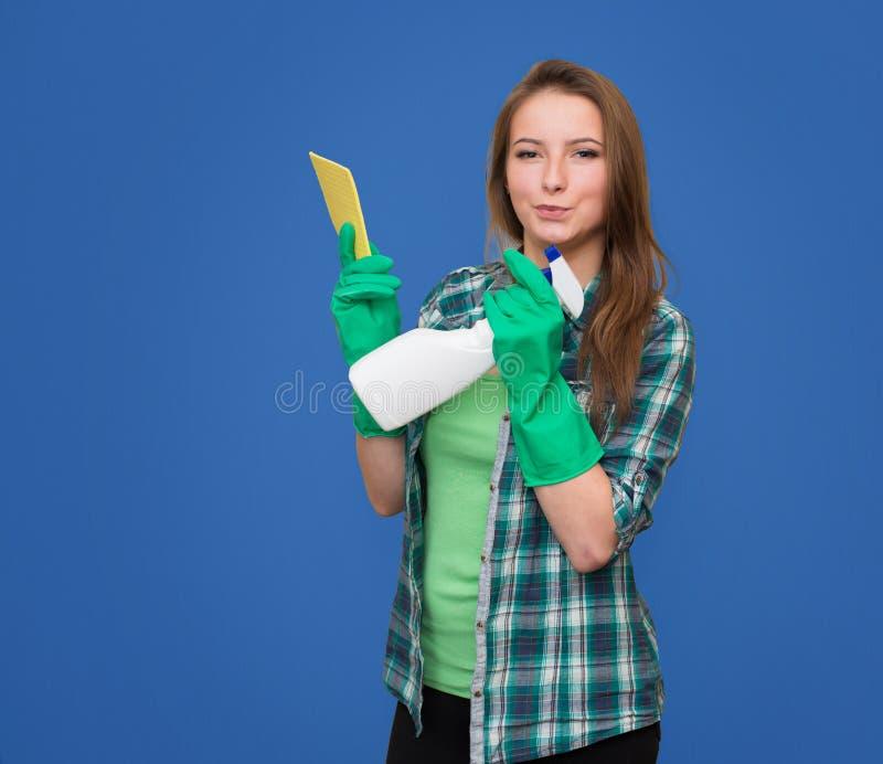 Reinigungsfrau mit der Reinigungssprühflasche glücklich und dem Lächeln bea lizenzfreie stockfotografie