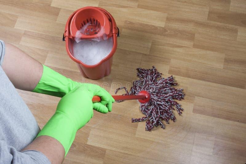 Reinigungsfußboden mit gloove stockfotografie