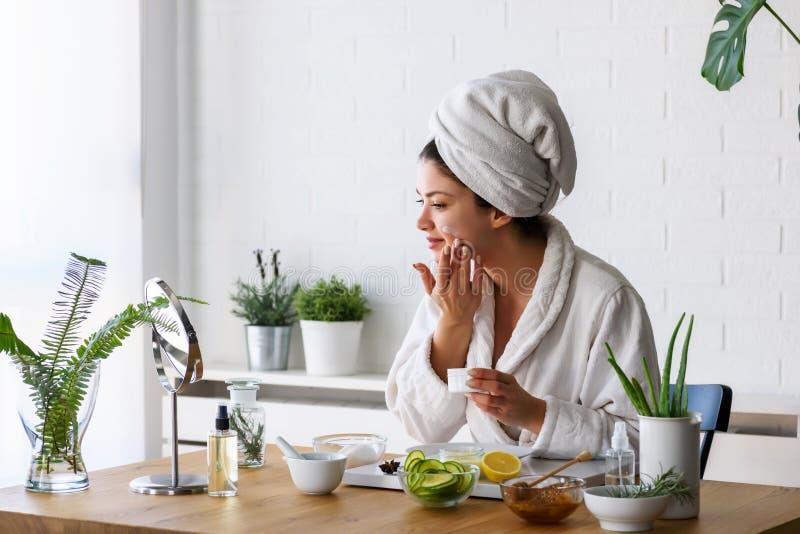 Reinigungsgesicht der jungen Frau mit Naturkosmetik säubern Sie neue Hautpflege lizenzfreies stockbild
