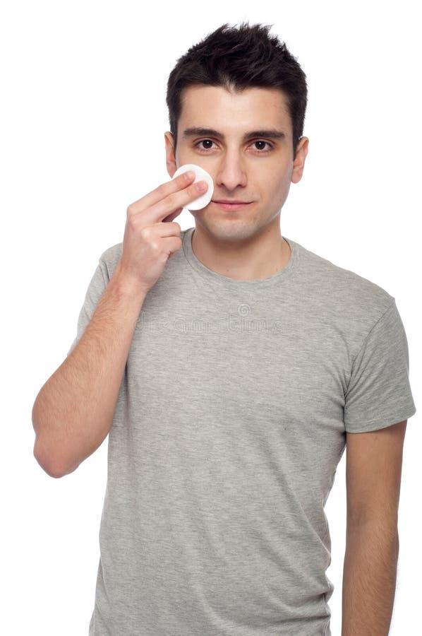 Reinigungsgesicht des jungen Mannes lizenzfreies stockbild