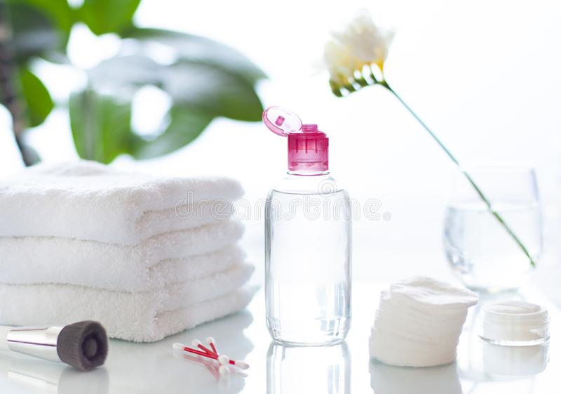 Reinigungsgesicht oder kosmetische Flasche des Entferners im Badezimmerkonzept bilden lizenzfreies stockfoto