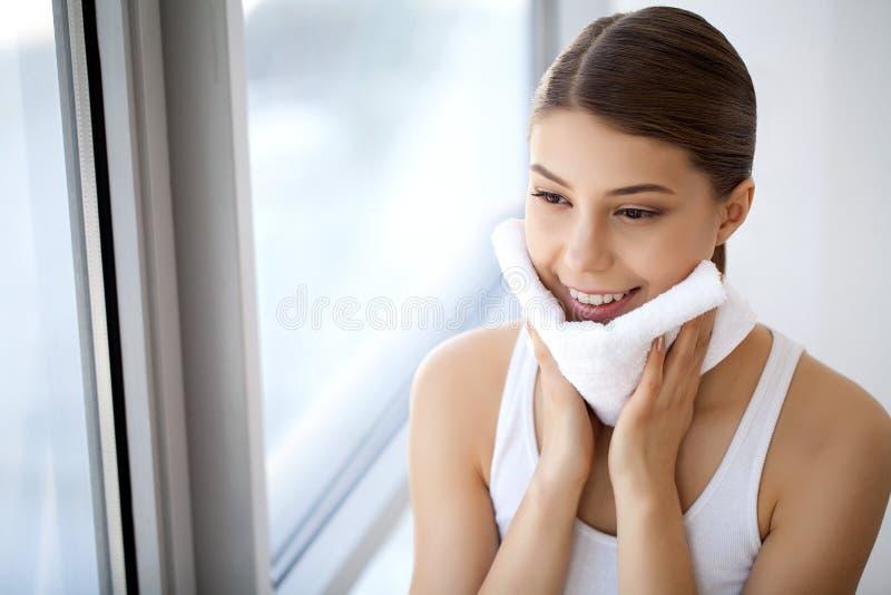 Reinigungsgesichtshaut Nahaufnahme-Porträt des schönen glücklichen Lächelns stockfoto