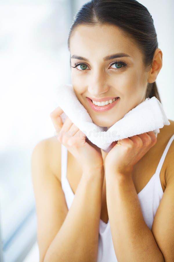 Reinigungsgesichtshaut Schönes glückliches Mädchen-waschendes Gesicht stockfoto