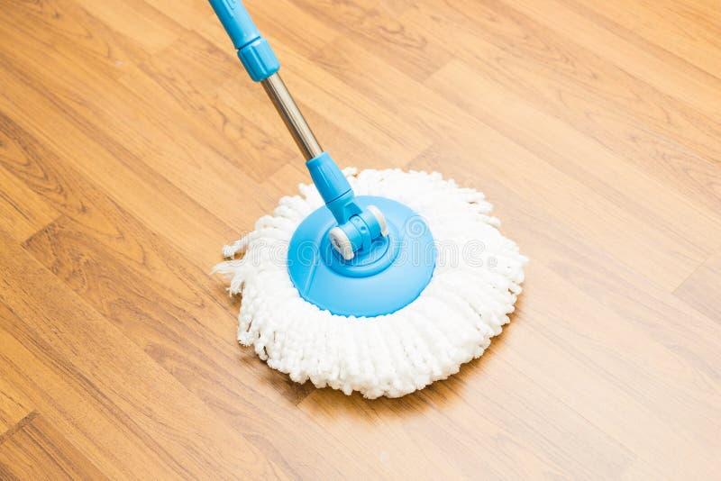 Reinigungsholzfußboden durch modernen Mopp stockfotografie
