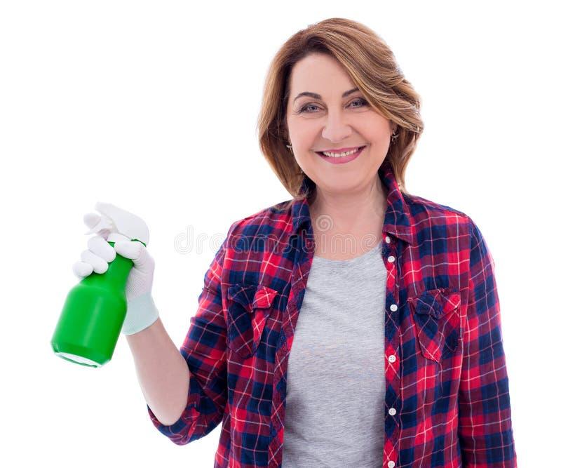 Reinigungskonzept - Porträt der lächelnden reifen Frau mit der Sprühflasche lokalisiert auf Weiß stockfoto