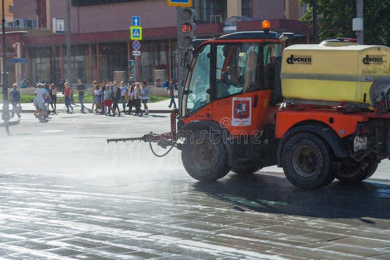 Reinigungsmaschine, welche die Straßen im Stadtleitartikel wäscht stockfotos